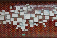 Рекламировать отображает на стене станции метро в токио, Японии Стоковое Изображение