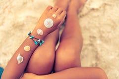 Релаксация и отдых в лете - Seashell на загоренной руке девушки на тропическом пляже в лете Стоковые Фото