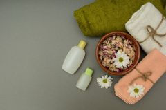 Релаксация спа с полотенцами и цветками стоковое фото rf
