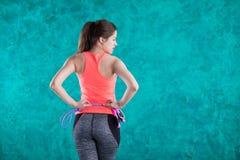 релаксация pilates пригодности принципиальной схемы шарика Здоровый уклад жизни Детеныши уменьшают женщину скача с прыгая веревоч стоковое фото