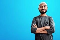 Религиозная азиатская мусульманская улыбка человека стоковое фото