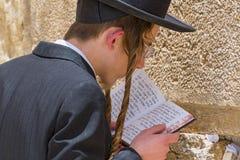 Религиозное правоверное еврейство моля на западной стене в городе Иерусалима старом, Израиле стоковое фото rf