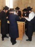 РЕЛИГИОЗНЫЕ ЕВРЕИ, УСЫПАЛЬНИЦЫ КОРОЛЯ ДЭВИДА, ИЕРУСАЛИМА, ИЗРАИЛЯ Стоковое фото RF