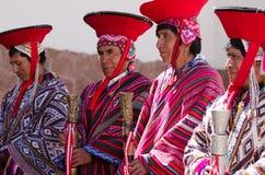 Религиозные человеки Перу, старейшины стоя в линии ждать церковной службе Стоковые Фото
