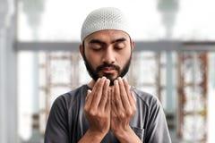 Религиозный азиатский мусульманский человек моля стоковое фото rf