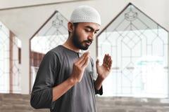 Религиозный азиатский мусульманский человек моля стоковые фото