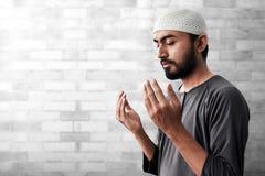 Религиозный азиатский мусульманский человек моля стоковые изображения