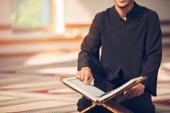 Религиозный мусульманский человек моля внутри мечети стоковое фото rf
