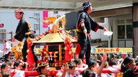 Религиозный праздник на улицах Кагошима, Японии в течение дня видеоматериал