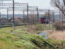 Рельсы гонщика дороги электрического локомотива транспорта груза перехода железнодорожные железнодорожные работают Стоковые Фото