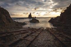 Рельсы для кораблей на заходе солнца - Cabo de Gata, AlmerÃa, Испании стоковые фотографии rf