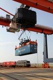 рельсы крана контейнеров поднимаясь Стоковые Изображения