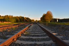 Рельсы от поезда положены в безграничность через природу Путешествия стоковое фото rf