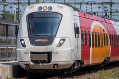 Рельс регулярного пассажира пригородных поездов в Ostergotland, Швеции Стоковое Фото