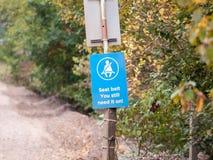 Ремень безопасности голубого знака предупреждающий вам все еще нужно оно на значке Стоковое Изображение RF