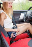 Ремень безопасности крепления молодой женщины в автомобиле Стоковое фото RF