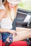 Ремень безопасности крепления молодой женщины в автомобиле Стоковая Фотография RF