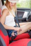 Ремень безопасности крепления молодой женщины в автомобиле Стоковые Фото
