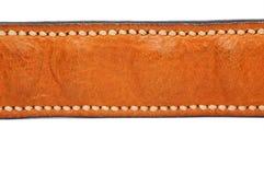 Ремень морщинки Брайна кожаный изолированный на белой предпосылке с handmade стежком стоковая фотография