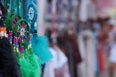 Ремесла от пер других цветов, улавливателей индейца мечт на рынке Стоковые Фотографии RF