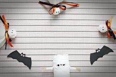 Ремесла хеллоуина бумажные на предпосылке скатерти, взгляд сверху или плоском положении с космосом экземпляра Стоковое фото RF