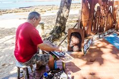 Ремесленник Itamar высекая и продавая его части морем в Guarapari, Бразилии Стоковые Фотографии RF