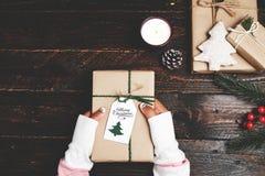 Ремесло и handmade присутствующие подарочные коробки рождества на деревянной предпосылке таблицы Стоковые Изображения