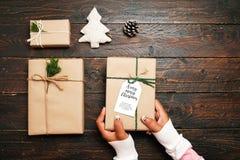 Ремесло и handmade присутствующие подарочные коробки рождества на деревянной предпосылке таблицы Стоковая Фотография