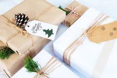 Ремесло и handmade украшение подарочной коробки подарка на рождество и деревенского Стоковые Фотографии RF