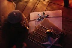 Ремесло рождества деревенское представляет с орнаментами под деревом с s Стоковые Изображения RF