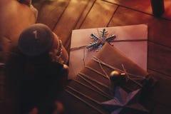 Ремесло рождества деревенское представляет с орнаментами под деревом с s Стоковые Фото