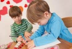Ремесла дня валентинки детей: Влюбленность и сердца Стоковое фото RF