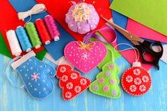 Ремесла украшений рождественской елки Чувствуемая розовая рождественская елка сердца, красных и зеленых, голубой mitten, красный  Стоковые Фото