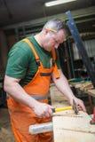 Ремесленники в работе по дереву подготавливают плиту Стоковые Фото