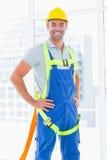 Ремни безопасности рабочий-строителя нося в офисе Стоковое Фото