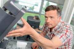 Ремонтировать принтер на работе Стоковые Фото