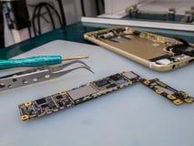 Ремонтировать умный телефон на столе Стоковые Изображения