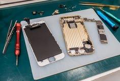 Ремонтировать умный телефон на столе Стоковая Фотография