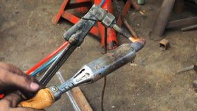 Ремонтировать человека сделал сталь заварки части автомобиля Стоковая Фотография