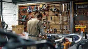 ремонтировать bike Человек с бородой создает изготовленный на заказ мотоцикл акции видеоматериалы