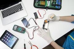Ремонтировать IPhone Стоковые Фотографии RF