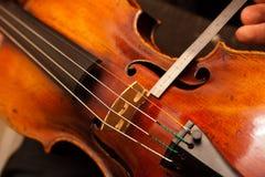 ремонтирует скрипку Стоковые Фото