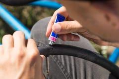 Ремонтирующ камеру велосипедной шины outdoors во время отключения Стоковые Фотографии RF