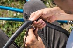 Ремонтирующ камеру велосипедной шины outdoors во время отключения Стоковая Фотография RF