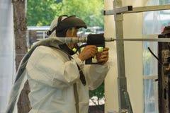 Ремонтник демонстрирует прибор для очищать тело автомобиля против корозии Стоковые Фото