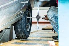 Ремонтник покрышки регулируя винты колеса a на автомобиле в Галле, Шри-Ланка стоковое фото rf