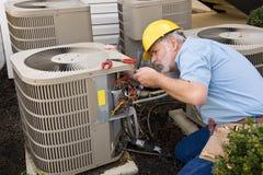 Ремонтник работая на кондиционере воздуха Стоковая Фотография