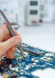 Ремонтные услуги электроники, космос текста стоковая фотография rf