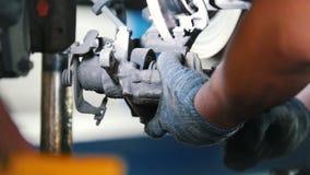 Ремонты и извивы механика компонент клапана двигателя автомобиля детальная съемка сток-видео