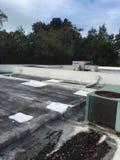 Ремонты толя плоской крыши, применение Gacco Стоковые Фотографии RF